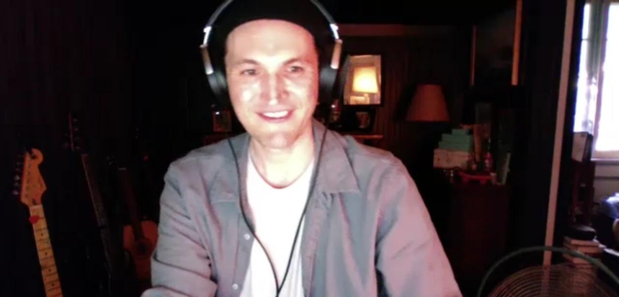 Josh Klinghoffer deu entrevista ao Noise Gate em uma chamada animada pelo Zoom